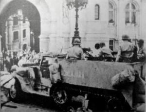 """Le half-track """"Guadalajara"""", le premier à parvenir à l'hôtel de ville de Paris le 24 août 1944"""
